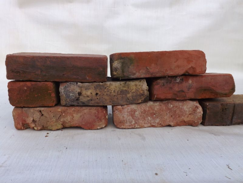 gebrauchte alte Mauersteine historische Klinker gerumpelte abgewetzte Loft Ruine Garten Backsteine
