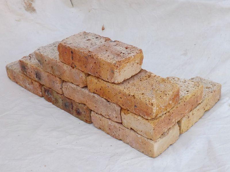 alte Mauersteine antike rustikale Ziegel Klinker Backsteine historisch Mauerwerk warm weich