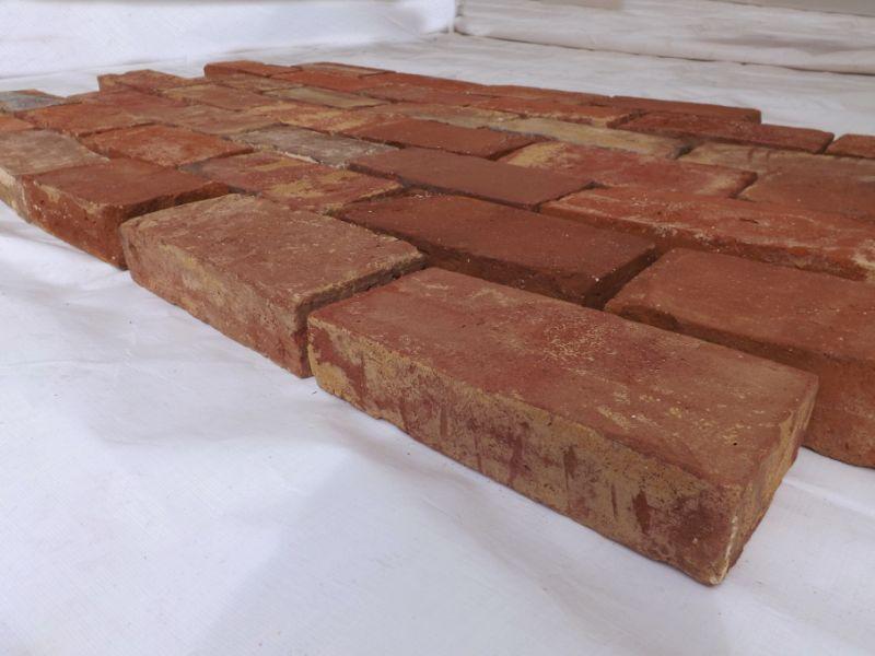 Bodenziegel Bodenplatten Weinkeller Antikziegel alte Mauersteine Backsteine Terracotta Ziegelboden  2