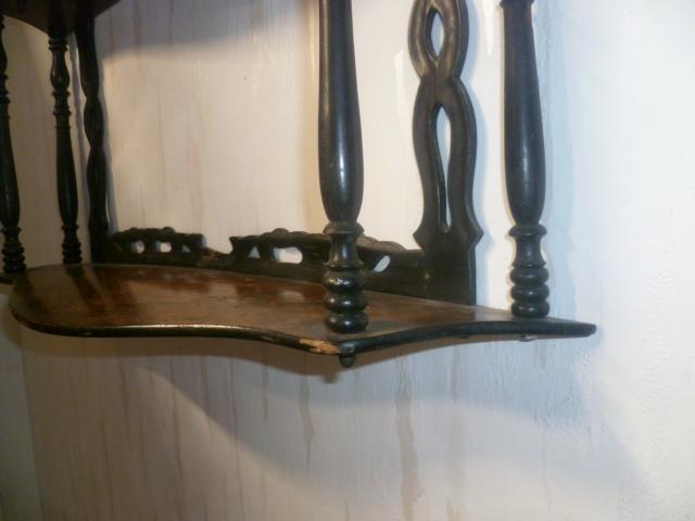 Französisches .Nußbaum 1870 Etagere zum Hängen 3 Fächer mehrfach bebaucht. Maße: 57 cm X 15 cm X 51 cm 1