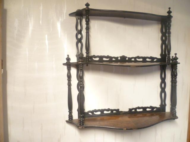 Französisches .Nußbaum 1870 Etagere zum Hängen 3 Fächer mehrfach bebaucht. Maße: 57 cm X 15 cm X 51 cm 3