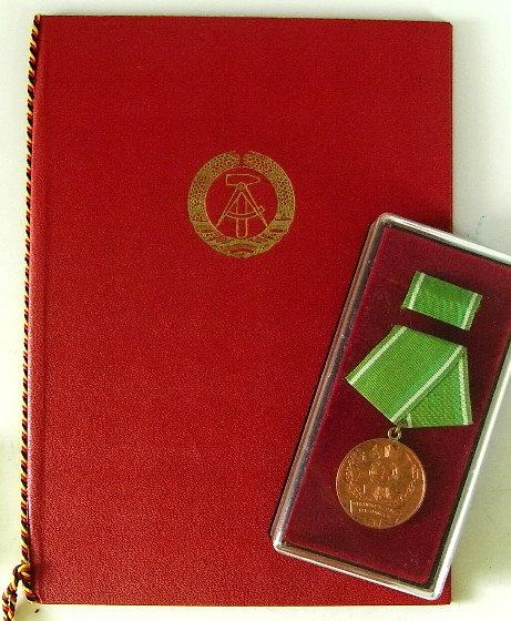DDR Medaille ausgezeichnete Leistungen mit Urkunde 1969