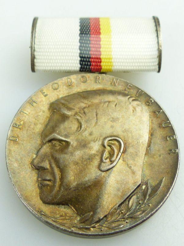 Abzeichen: Dr. Theodor-Neubauer-Medaille 20.08.1959 silberfarben Nr.177a e1773