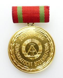 #e2090 20. Jahrestag Demokratische Bodenreform DDR goldfarben Medaille