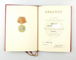 #e6877 DDR Frauen-Urkunde für Verdienstmedaille der NVA in Bronze 1971 verliehen