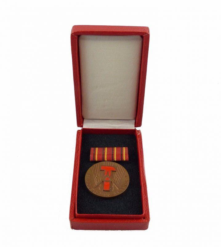 #e6519 Medaille Verdienter Aktivist vgl. Band I Nr. 54 f 1962-1976 emailliert