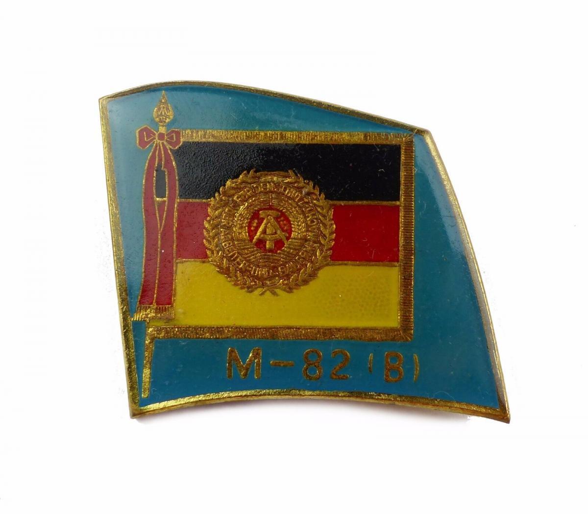 #e6837 Anstecknadel / Abzeichen für Manöverbeobachter M-82 (B) DDR goldfarben
