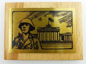 DDR Messing auf Holz - Soldat vor dem Brandenburger Tor e1244