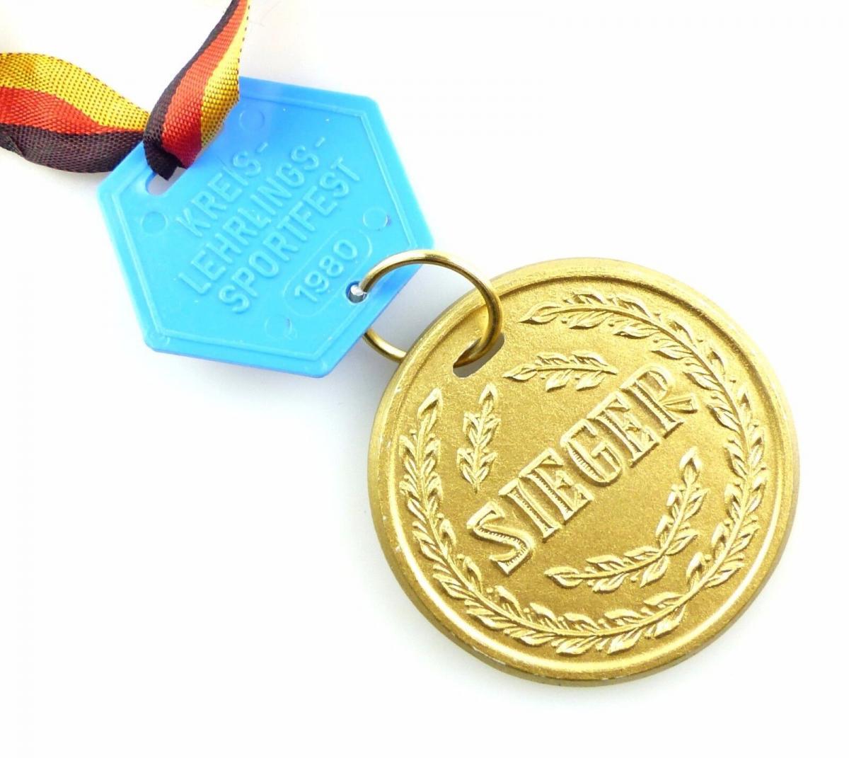 #e5792 DDR Medaille Kreis- Lehrlings- Sportfest 1980 DTSB Sieger goldfarben