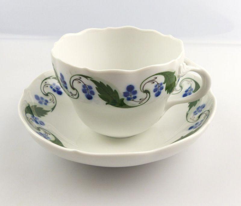 #e4332 Meissen Tasse mit Untertasse Mahagonienranke, grün, Früchte, blau 2. Wahl