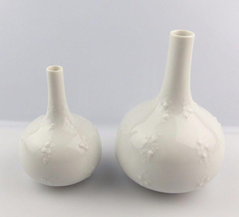 #e5231 2 weiße Wallendorf Porzellan Vasen mit dekorativem Blumen Relief 1