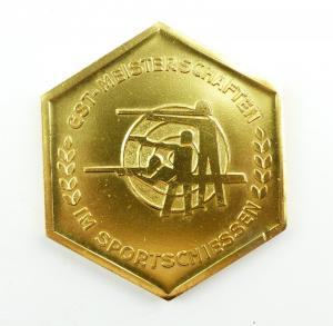 E9362 DDR Plakette GST Meisterschaften im Sportschiessen goldfarben