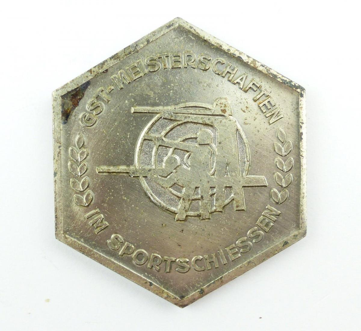 E9361 DDR Plakette GST Meisterschaften im Sportschiessen silberfarben