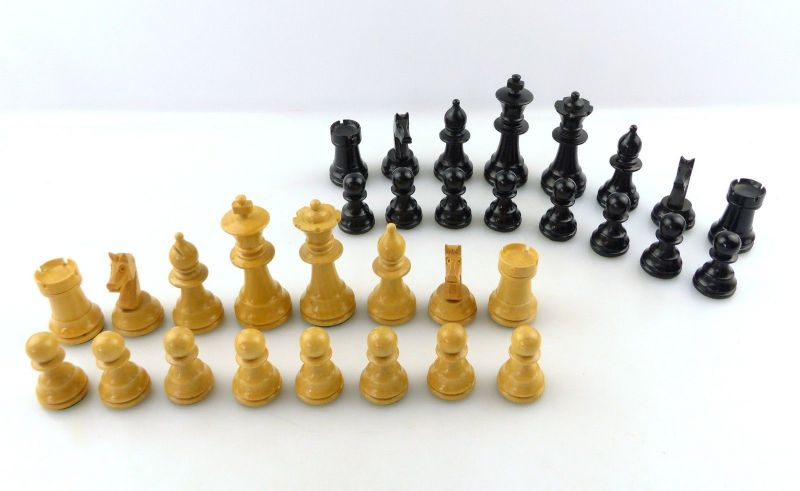 E9515 Wunderschöne alte Schachspiel Figuren aus Holz gefertigt mit Filzfuß