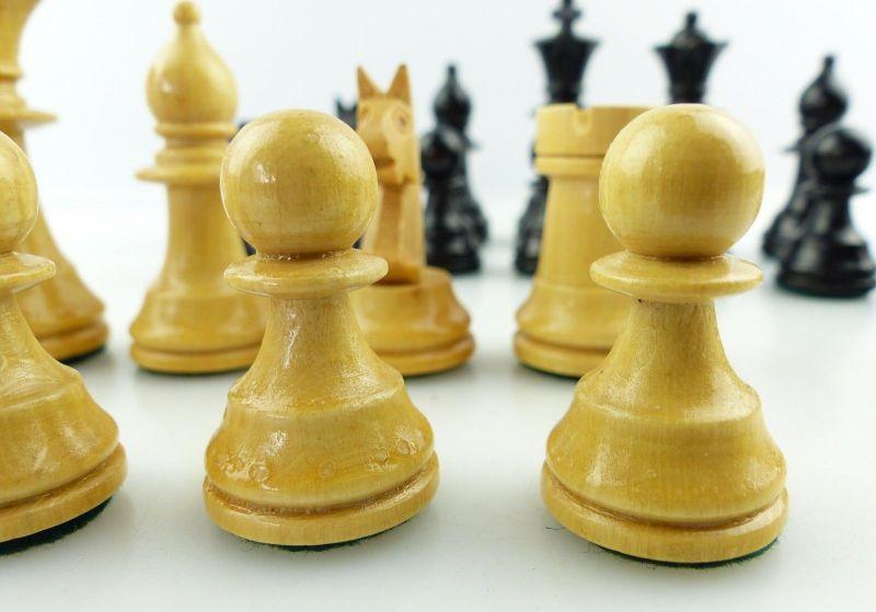 E9515 Wunderschöne alte Schachspiel Figuren aus Holz gefertigt mit Filzfuß 3