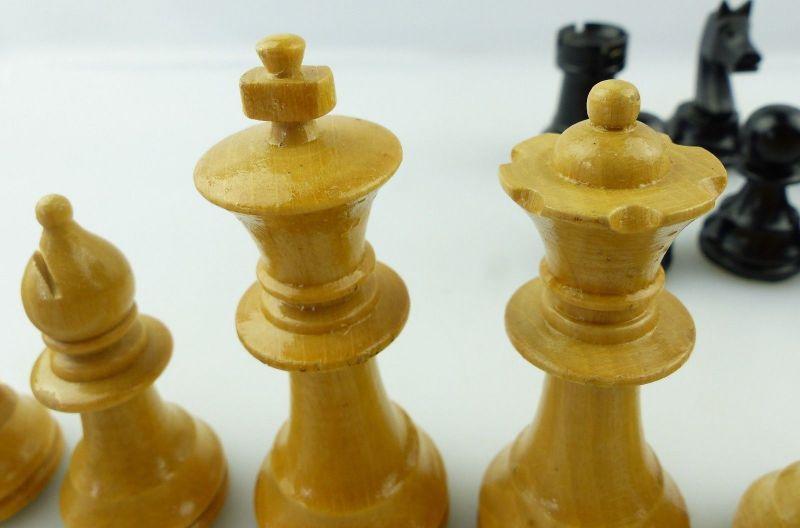 E9515 Wunderschöne alte Schachspiel Figuren aus Holz gefertigt mit Filzfuß 4