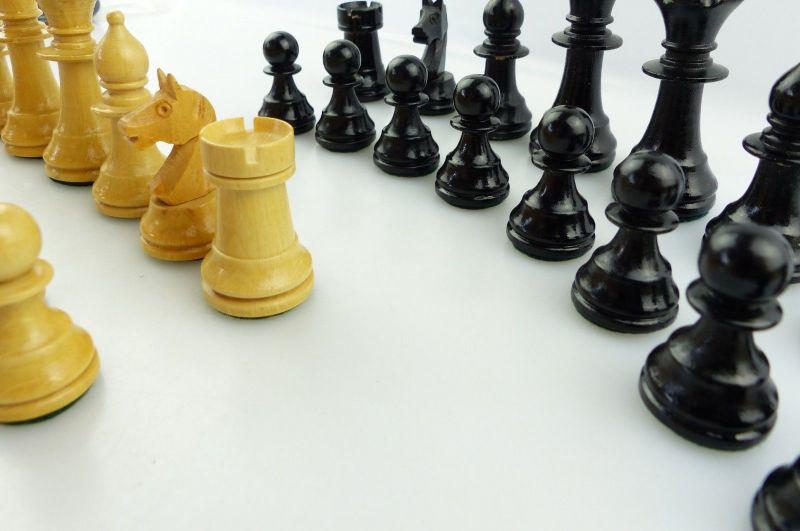 E9515 Wunderschöne alte Schachspiel Figuren aus Holz gefertigt mit Filzfuß 5