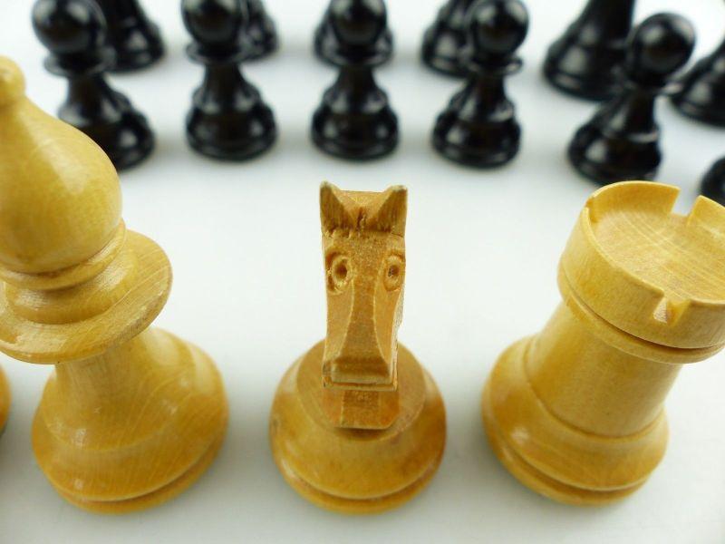 E9515 Wunderschöne alte Schachspiel Figuren aus Holz gefertigt mit Filzfuß 6