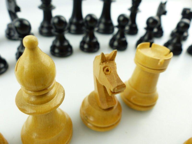 E9515 Wunderschöne alte Schachspiel Figuren aus Holz gefertigt mit Filzfuß 7
