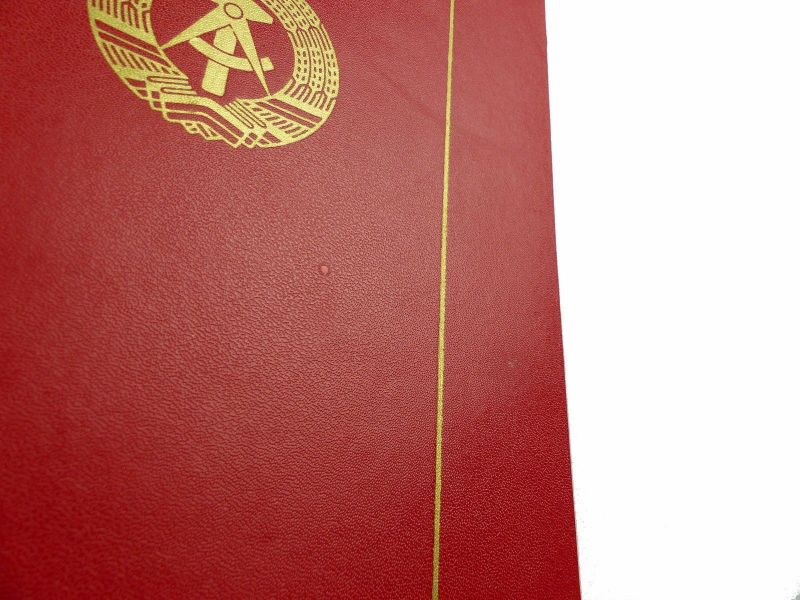 #e6622 Große Urkundenmappe + 2 Urkunden Aktivist der sozialistischen Arbeit 1979 2