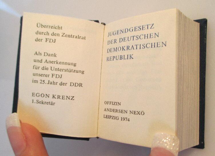 Minibuch Jugendgesetz der DDR überreicht von Egon Krenz Zentralrat FDJ bu0139 2