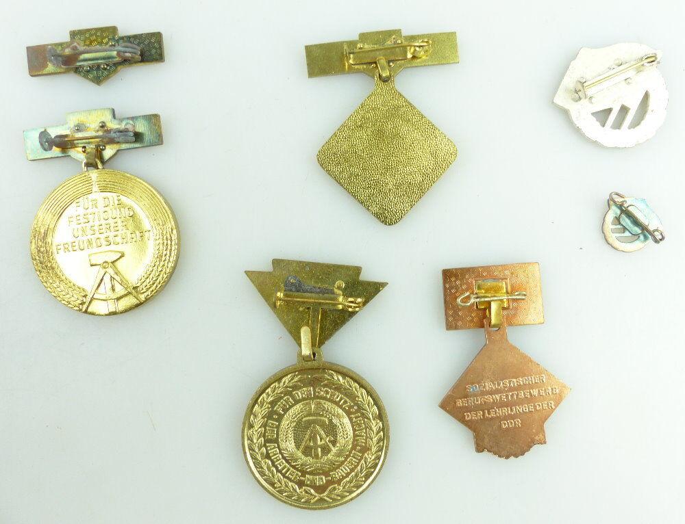 Konvolut 5 Abzeichen: 7 Teile NVA, FDJ Lehrlingskollektiv e1645 3
