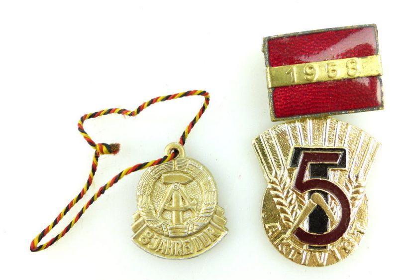 2 Abzeichen: 1958 5 Jahrplan Aktivist, 8 Jahre DDR Frieden-Sozialismus e1644 1