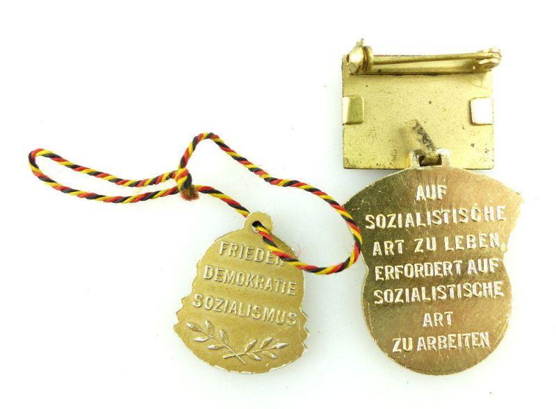 2 Abzeichen: 1958 5 Jahrplan Aktivist, 8 Jahre DDR Frieden-Sozialismus e1644 2