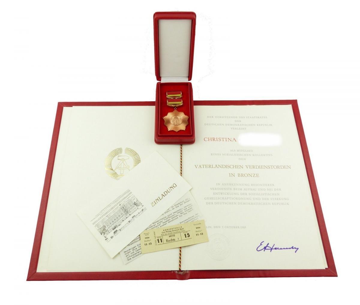 E9871 Vaterländischer Verdienstorden in Bronze mit Urkunde Mappe und Einladung