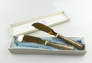 E10010 2 Vorlegemesser mit versilberten Griffen und vergoldeten Schneiden in OVP