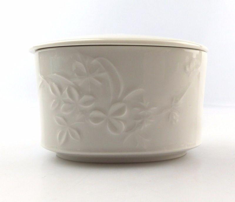#e5258 KPM Porzellan Dose mit Deckel weiß mit Blumen Relief und Insekt / Käfer