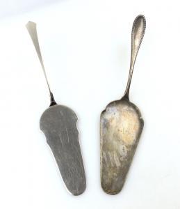 E9938 1 alter Tortenheber aus Edelstahl und 1 versilberter Tortenheber