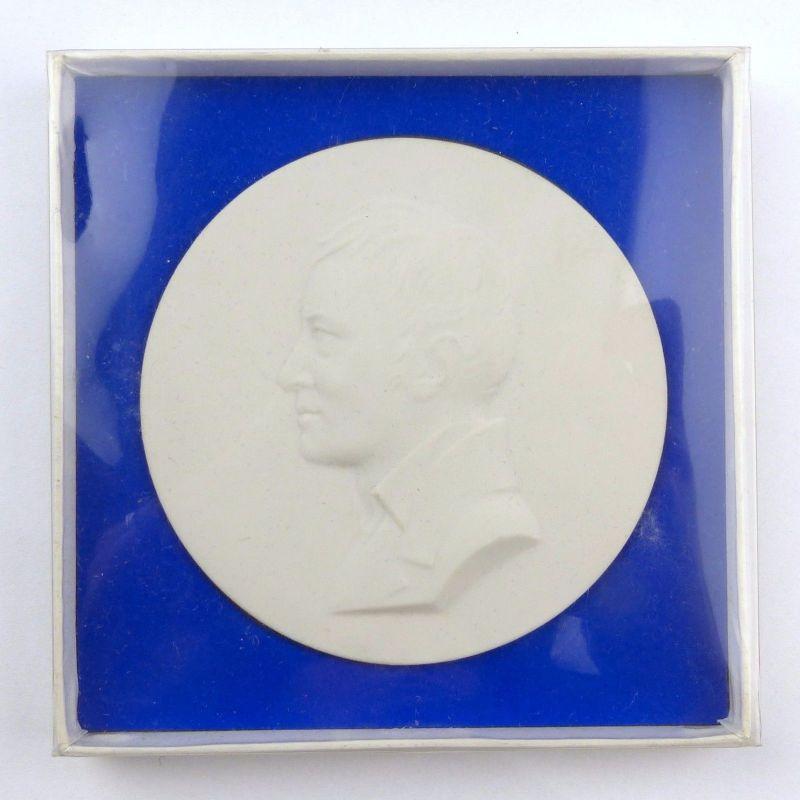 #e7714 KPM Medaille mit Portrait von Alexande von Humboldt  signiert Schütz 1967