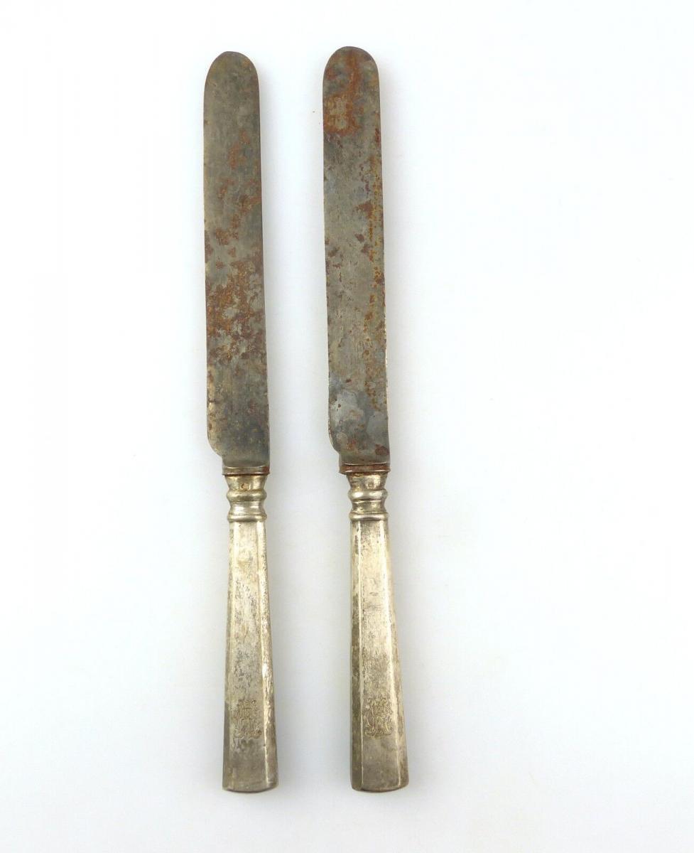 E10377 2 sehr alte Messer mit Griffen aus Silber und Ziermonogramm