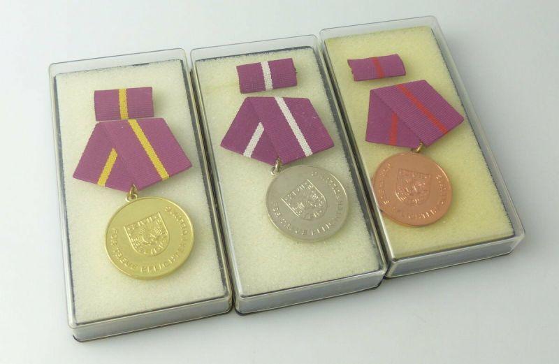 3 Medaillen für treue Pflichterfüllung in der Zivilverteidigung im Etui r 237