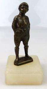 Original alte Bronze, Junge mit Händen in der Tasche, un066