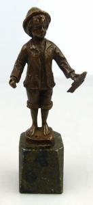 Original alte Bronze Junge mit Fisch in der Hand un064