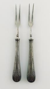 E10924 2 alte Vorlegegabeln mit versilberten Griffen und Ziermonogramm