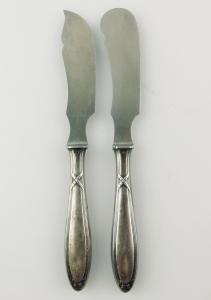 E10959 2 versilberte Vorlegemesser mit Kreuzband und Rosen