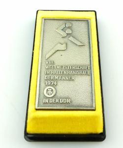 #e3389 Alte DDR Plakette VIII. Weltmeisterschaft im Hallenhandball 1974