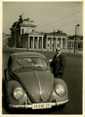 Foto VW Käfer vor Brandenburger Tor 1950er Jahre