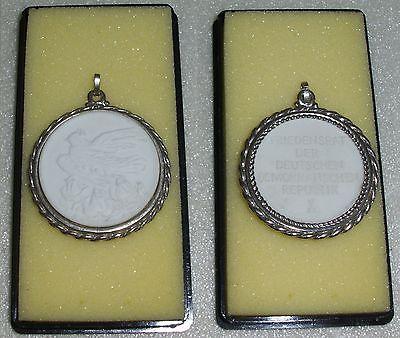 Medaille aus Porzellan Meissen Friedensrat der DDR (da4087)