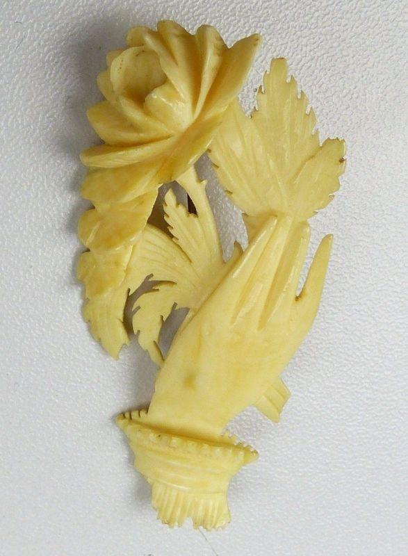 Brosche aus Bein, Hand mit Rose (da4843)