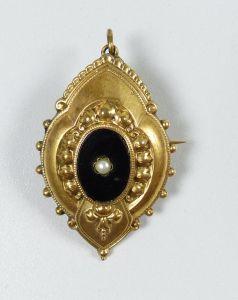 Biedermeierbrosche vergoldet mit Onyx und Perle (da5352)