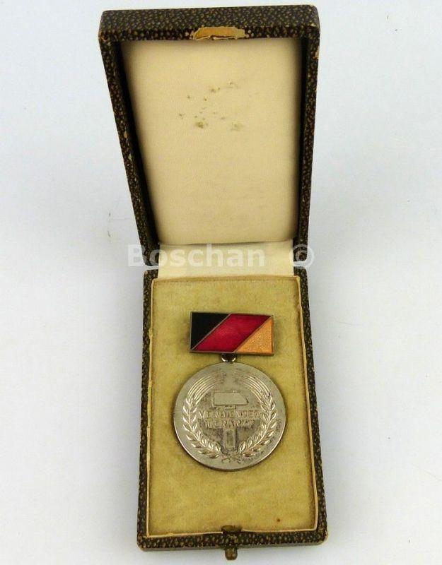 DDR Verdienter Tierarzt mit Etui 3. Variante verliehen von 1962 bis 1975 (AH64c)