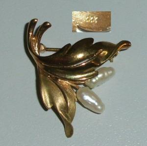 Brosche aus 333er Gold mit Süßwasser-Perlen  (da4244)