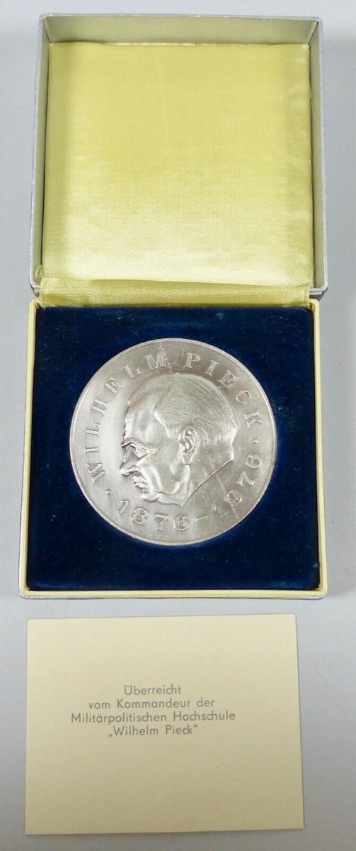 DDR Ehrenmedaille Wilhelm Pick überreicht vom Kommandeur  (da6027) 0