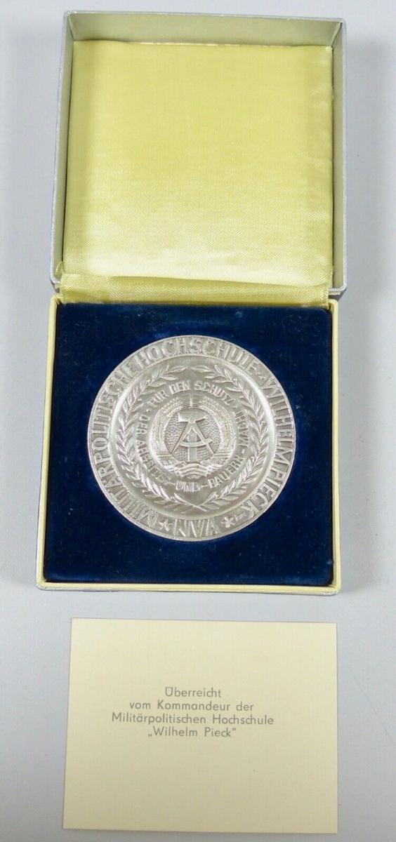 DDR Ehrenmedaille Wilhelm Pick überreicht vom Kommandeur  (da6027) 1