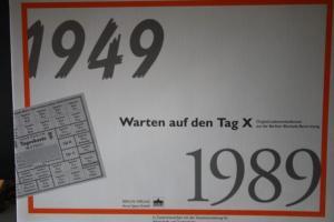 Markenheft Paketzulassungsmarke (PZ1) in Sammelmappe: Warten auf den Tag X; mit Original-Lebensmittelkarten