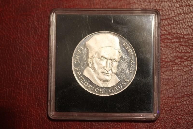 5 DM Silbermünze Gedenkmünze Friedrich Gauss von 1977, in besonderer Kapsel (siehe Artikelbeschreibung), Ausführung stg